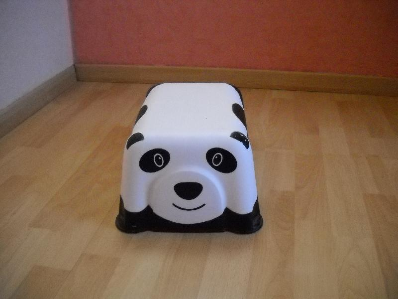 photo tabouret marche pied pour enfant impression panda. Black Bedroom Furniture Sets. Home Design Ideas