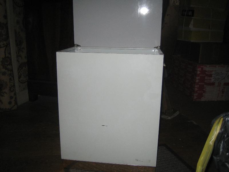 Photo petit meuble m tallique blanc pour linge sale d - Petit meuble metallique ...