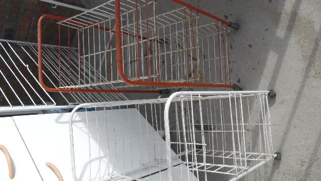 photo 2 petits casiers sur roulette pour rangement legum. Black Bedroom Furniture Sets. Home Design Ideas