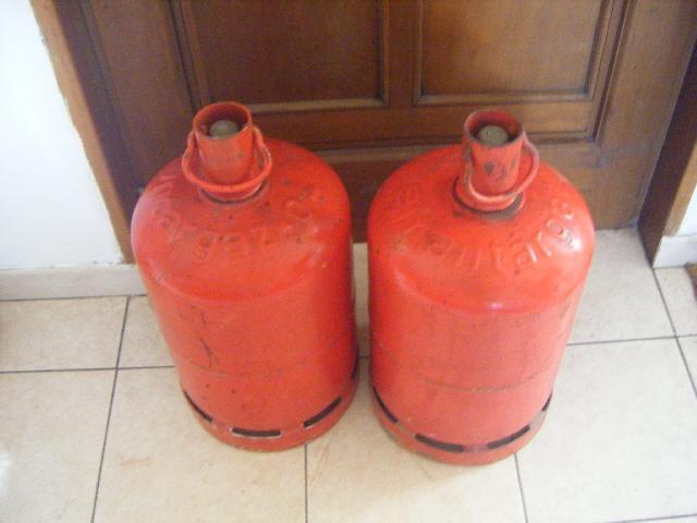 photo donne deux bouteilles de gaz vide antargaz rouge. Black Bedroom Furniture Sets. Home Design Ideas