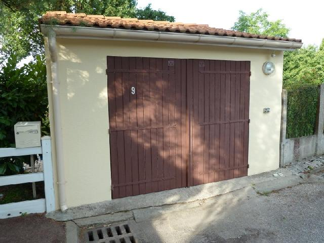 Photo porte de garage en bois double battant pour ouve - Porte de garage battant bois ...