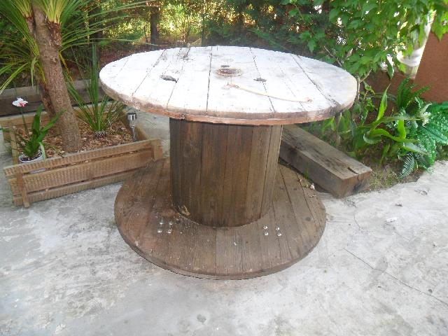 Photo table jardin for Decaper une table de jardin en bois