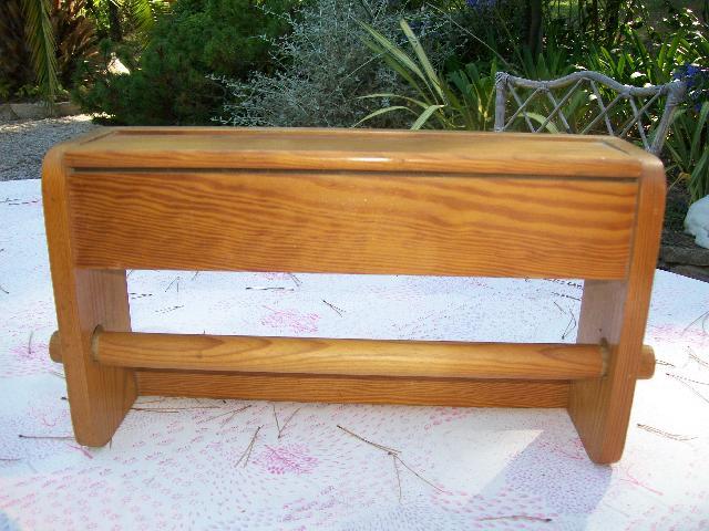 photo porte rouleau d rouleur sopalin en bois. Black Bedroom Furniture Sets. Home Design Ideas