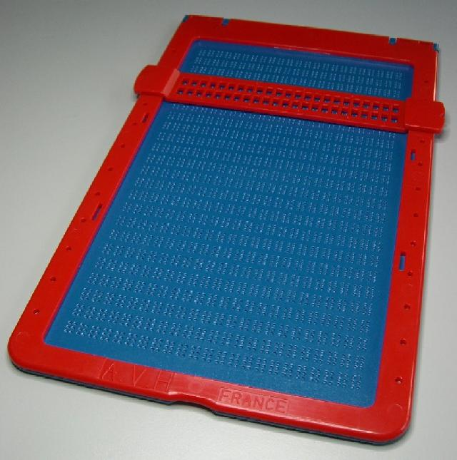 photo une tablette en plastique pour crire en braille. Black Bedroom Furniture Sets. Home Design Ideas
