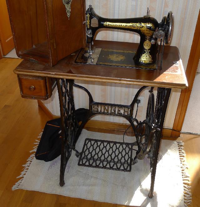 photo donne machine coudre p dale singer qui fon. Black Bedroom Furniture Sets. Home Design Ideas