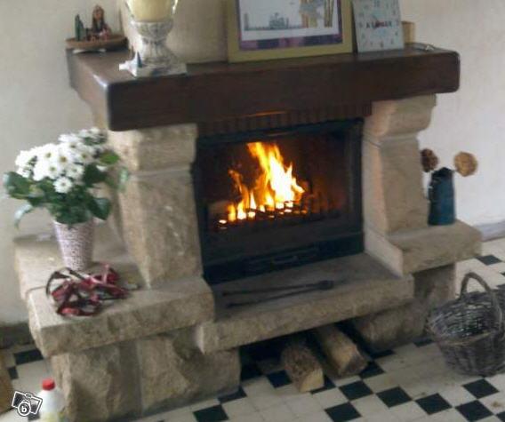 photo cheminee en granit insert poutre a venir demon. Black Bedroom Furniture Sets. Home Design Ideas