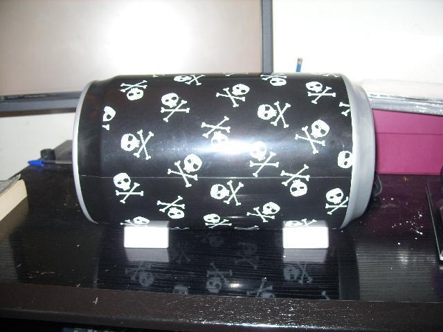 photo donne une boite range cd noire avec t te de mort. Black Bedroom Furniture Sets. Home Design Ideas