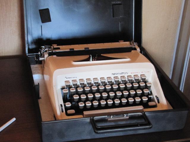 photo machine crire portable remington monarch de lux. Black Bedroom Furniture Sets. Home Design Ideas
