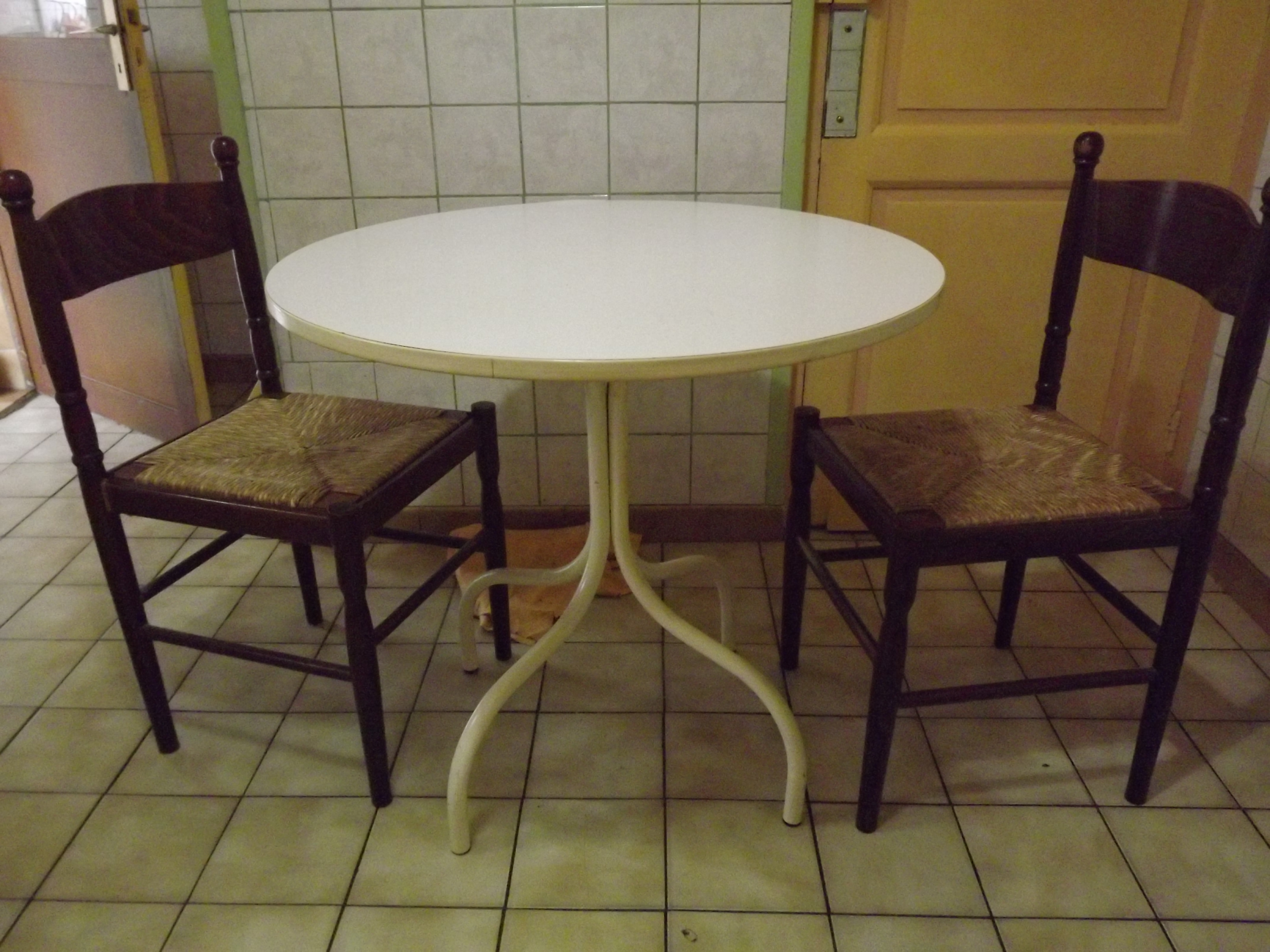 Photo table ronde chaises - Table ronde avec chaises ...