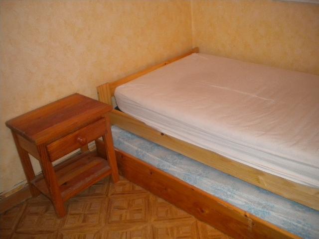 photo lit tables de nuit. Black Bedroom Furniture Sets. Home Design Ideas