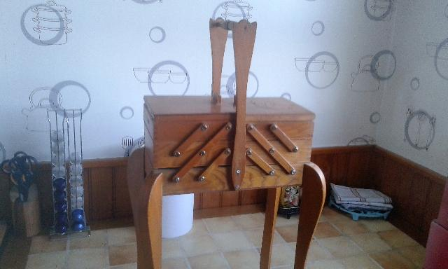 photo travailleuse en bois. Black Bedroom Furniture Sets. Home Design Ideas