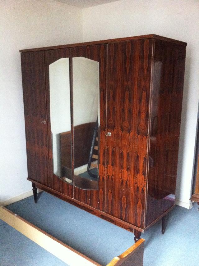 photo armoire penderie. Black Bedroom Furniture Sets. Home Design Ideas